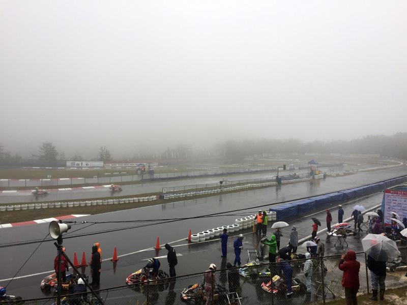 除了大雨之外賽車場更是飄起大霧,車手視線更加模糊。