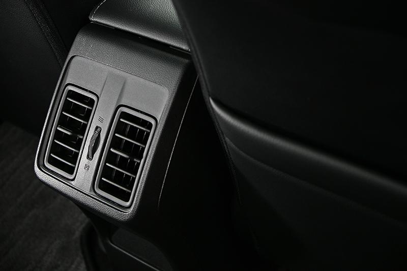 觸控式恆溫空調系統與後座出風口等配置,讓全車乘員都能盡享宜人環境溫度。