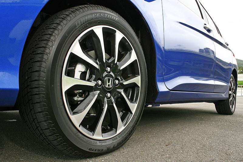 新式樣雙色鋁合金輪圈,襯托車側更加律動奔放。