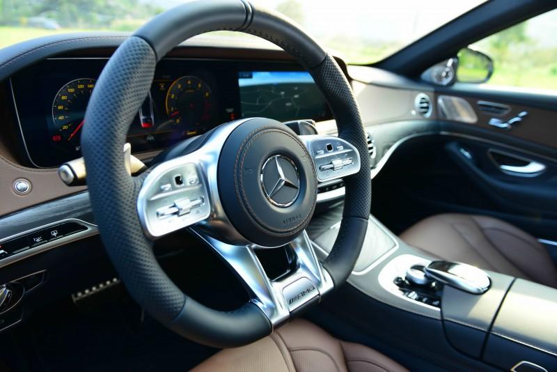 選購AMG Line套件則升級為平底式跑車化方向盤