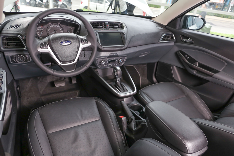 拍攝車款為Escort汽油時尚型,因此前面板採用軟質皮紋包覆,搭配電子恆溫空調系統及智能影音系統。