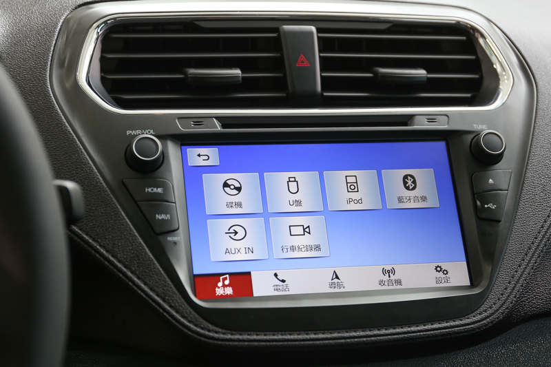 智能影音系統,擁有8吋彩色液晶觸控螢幕、倒車顯影輔助系統、導航系統、1080p行車紀錄器、DVD播放器與車載多功能藍牙系統。