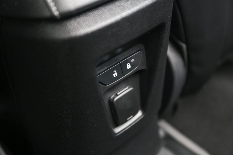 後座也配備有12V電源輸出插座。