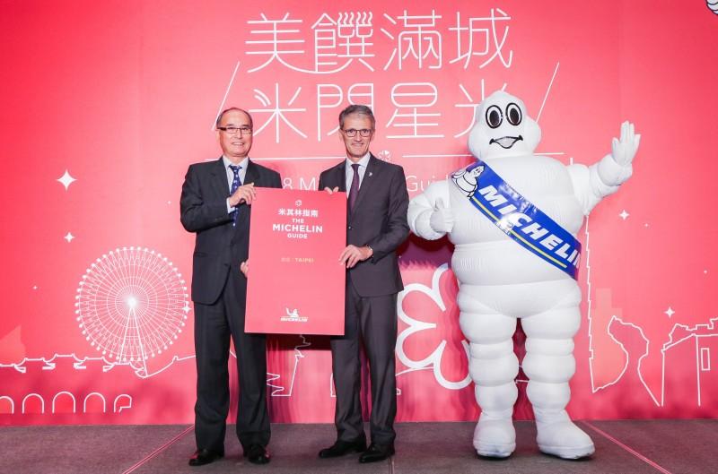 米其林區域總裁方諾德(中)及交通部觀光局主任秘書林坤源(左)11月6日宣布台北米其林指南將在2018年第一季出版(照片提供:台灣米其林)