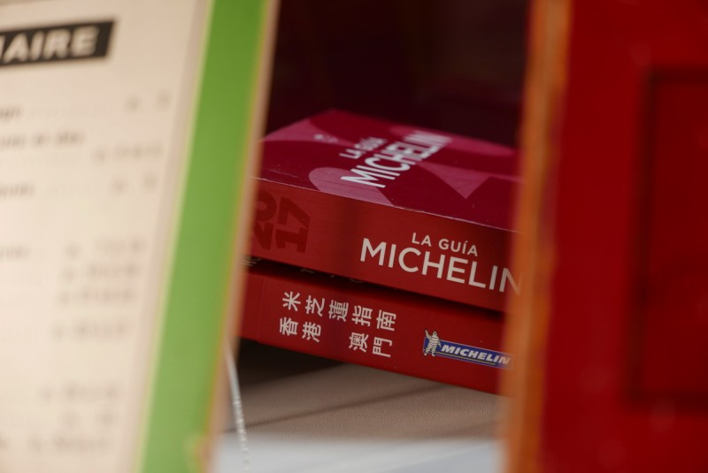 香港澳門的米其林指南也直得蒐藏,2018台北米其林指南厚度應該差不多也是這樣(照片提供:小編自己拍的啊!XD)