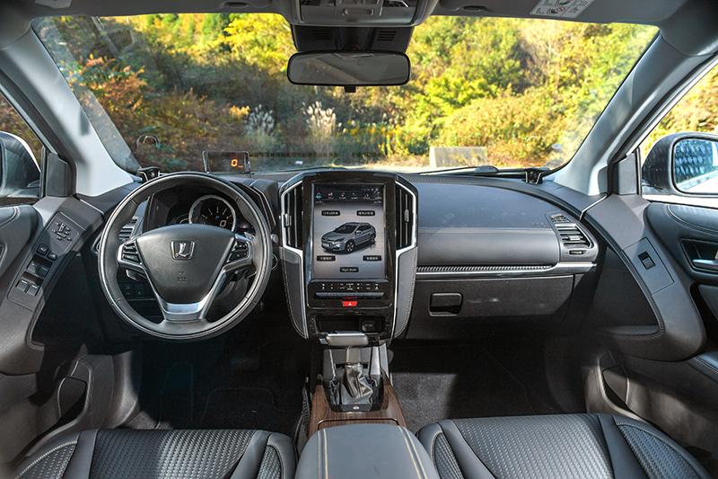 右側中控台前緣與觸控螢幕兩側皆覆以軟質類皮革面料,觸感與質感大幅提升。