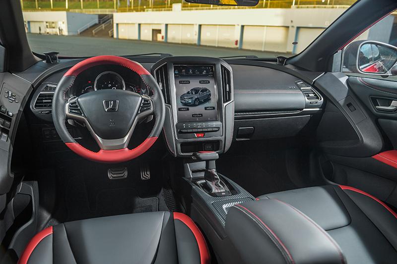 GT220的座艙以紅黑雙色鋪陳。