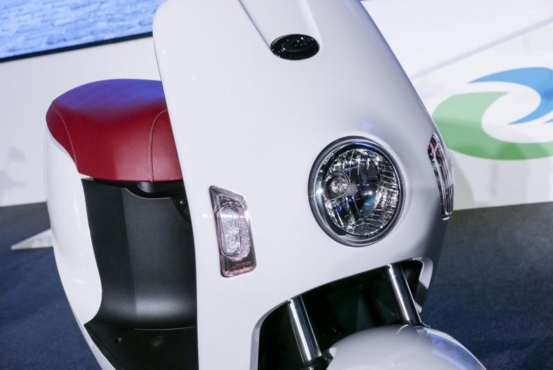 圓形頭燈採用H4燈泡,也有幾分單眼機器人(小小兵?)樣子