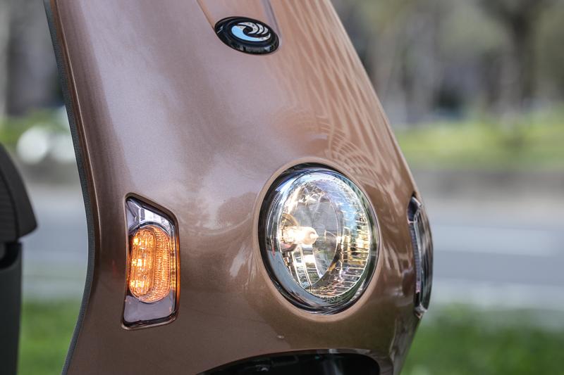 簡單的頭燈造型,與車身相呼應,方向燈則採用LED玫瑰金設計。