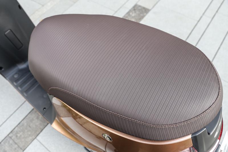 寬大的坐墊其實可以雙載兩人,但礙於法規限制,只能單人騎乘。