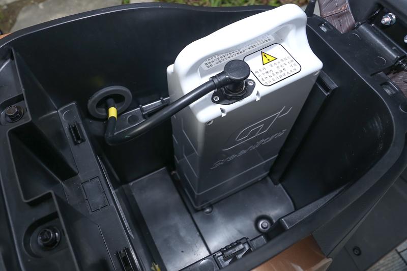 坐墊下空間被體積龐大的電池佔去了一大半。