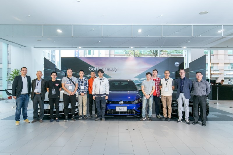歡慶首批新款Golf R正式抵台交售,台灣福斯汽車市場行銷暨公共關係處長陳冠宇(左一)與車主合影。
