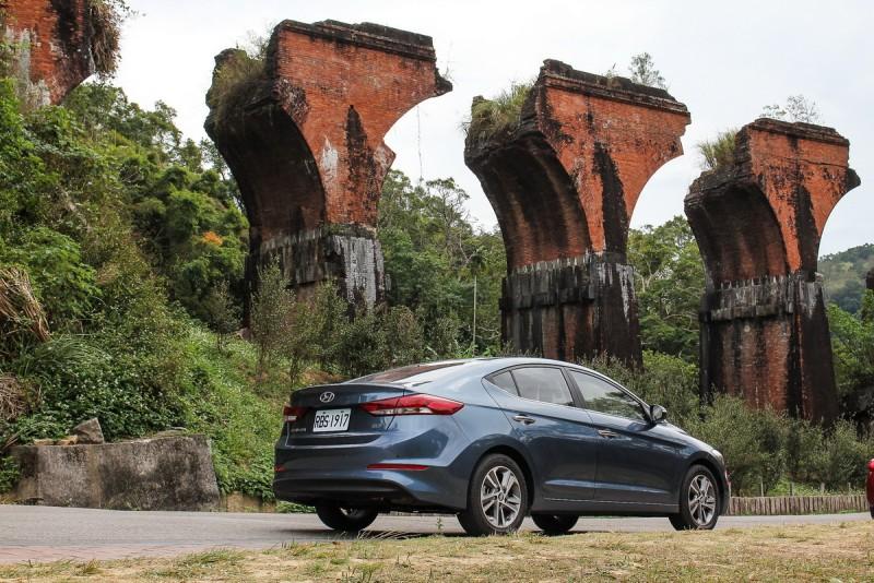 到苗栗當然要走一趟經典景點,Elantra的斜背造型其實已經跳脫傳統房車,接近4門Coupe