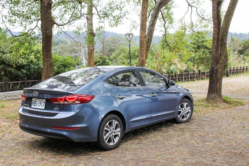 後檔玻璃與車廂一氣喝成的線條與Audi Sportback車型神似,這也是我看Elantra最美的角度
