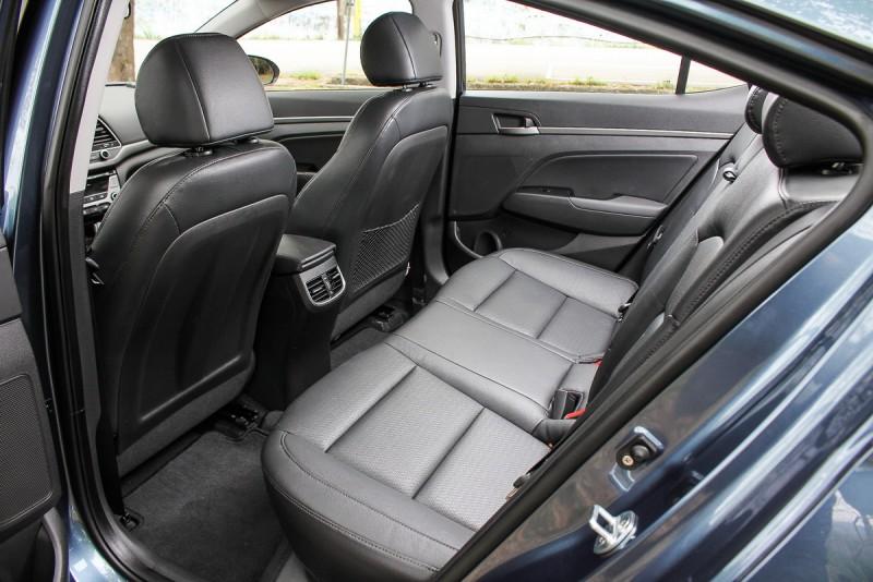 拜車頂造型之賜,Elantra後座擁有極佳頭部空間與舒適的椅背傾斜度,對於後座乘客來說是種享受