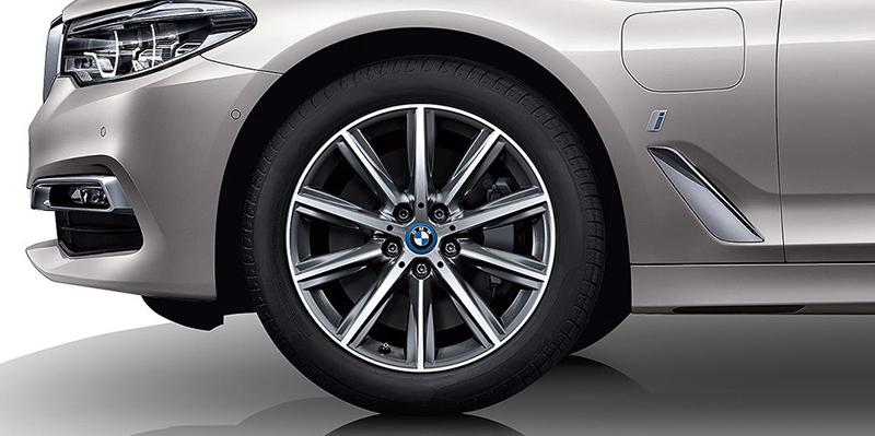 輪圈中的廠徽以及葉子板上的充電孔蓋都是BMW 530Le iPerformance足以表彰獨特身份的方式。