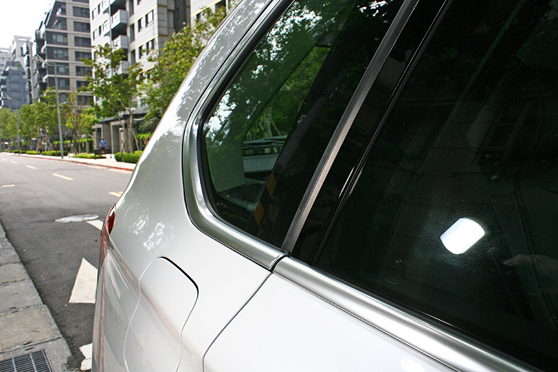 消光處理的窗框,是X5 xDrive25d極智白金版的外觀辨識重點。