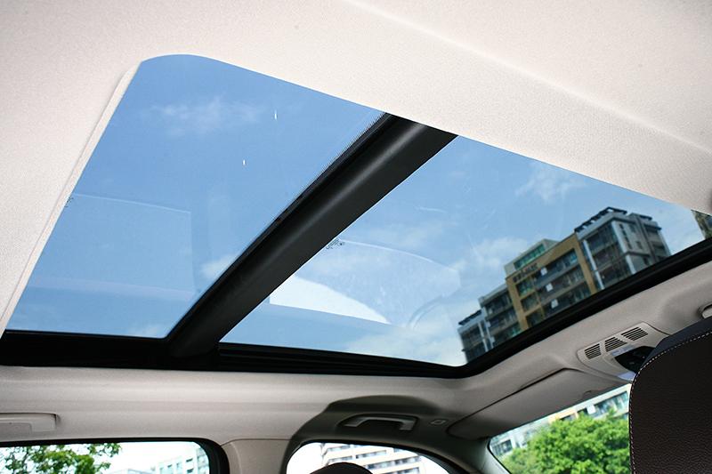 全景式玻璃天窗,有效提升座艙明亮感。