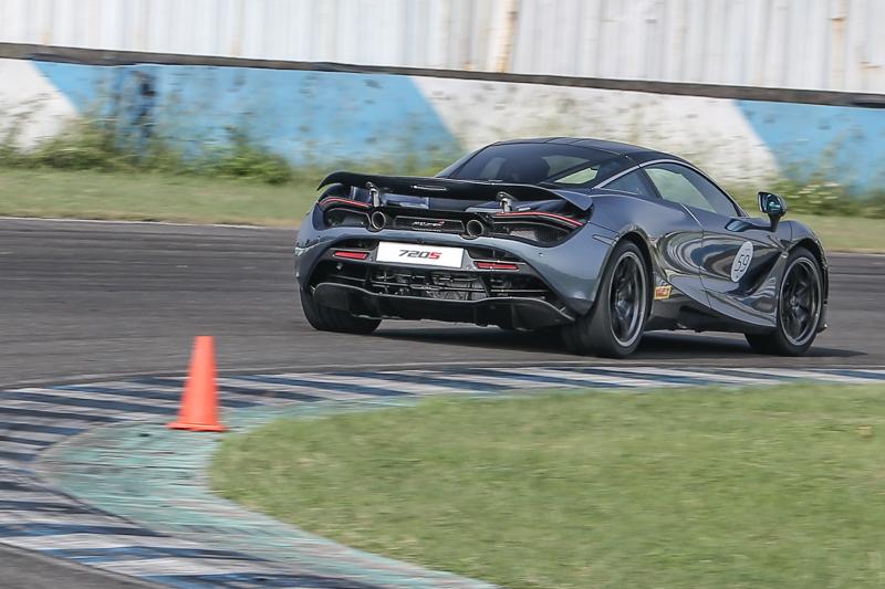 極佳的懸吊調校與第二代底盤控制系統,讓車身於重心轉移時車輪仍能緊貼地面,搭配主動式尾翼與優異的空氣力學設計,大幅增加急剎與高速時的車身穩定度。