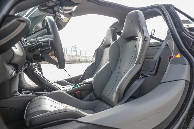 720S座艙設計,仍舊是一貫的極簡風格,而可折式儀表板與簡單的方向盤設計,讓人可以更專注於「駕駛」這件事上。