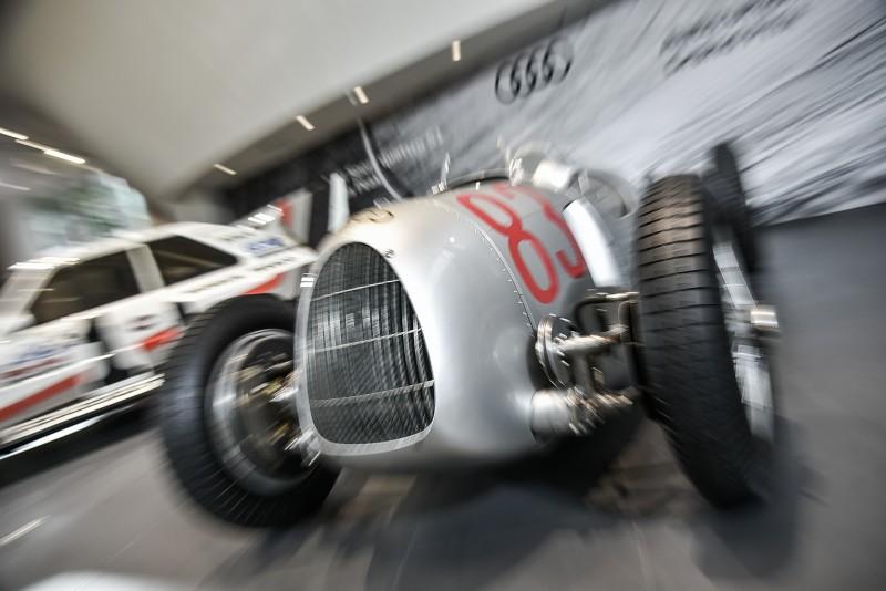 換個拍攝參數,賽車就能動起來!展示間裡我彷彿聽到了16缸引擎的咆嘯聲!
