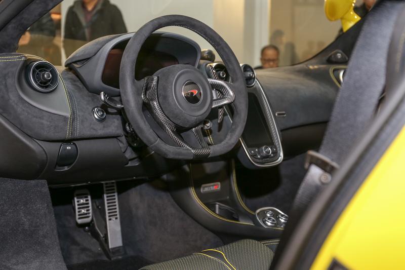 手工縫製的皮革與車門部件、10吋TFT顯示儀錶板、7吋觸控式IRIS中央控制面板,將各項功能資訊完美整合。
