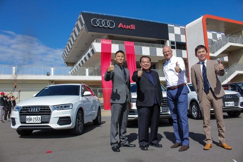 台灣奧迪總裁Terence Johnsson(右二)與麗寶董事長吳寶田(左二)一同為Audi駕馭體驗中心正式啟用揭幕!Audi品牌大使李勇德(右一)與麗寶國際賽車場總經理朱康震(左一)也一起參加揭幕典禮。