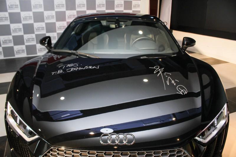 台灣奧迪總裁Terence Johnsson與麗寶董事長吳寶田同時在R8 V10車上簽名,為合作留下見證