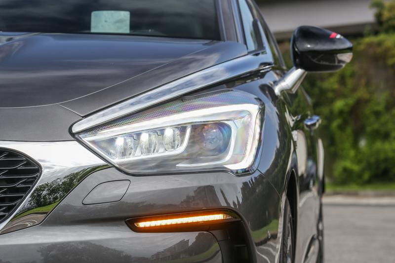 XENON氣體放電式大燈上的兩側後掠的軍刀式鍍鉻飾條,成為了車頭的最佳辨識特色之一。