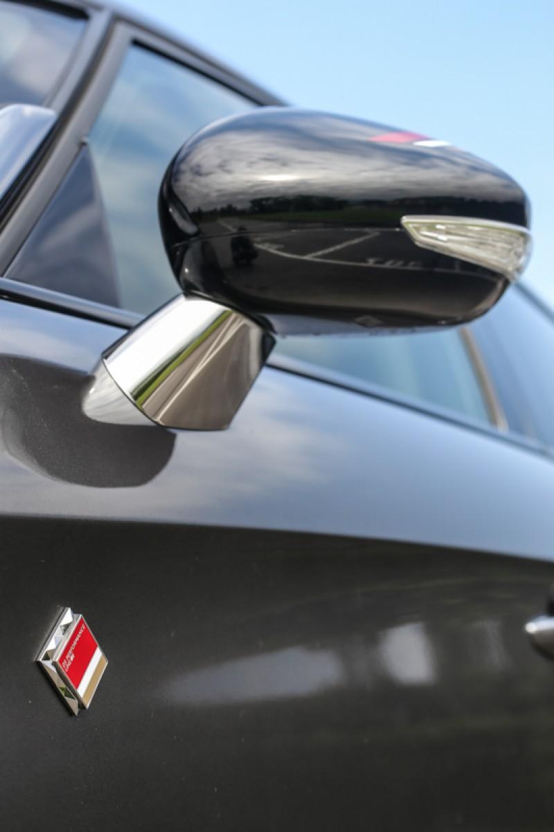 Performance Line車型獨有的銘牌於車頭與車側處呈現。