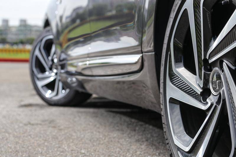 造型極具設計感的18吋輪圈,與車身造型相得益彰。