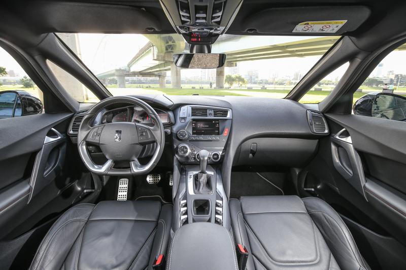 座艙內一路傾瀉而下的中控台設計,將駕駛區與乘客區清楚切割,七吋全彩螢幕成為了視覺焦點。