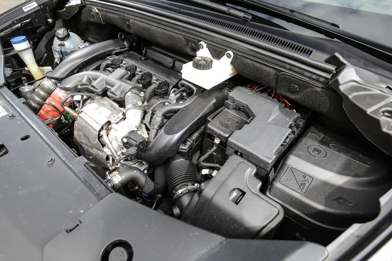 試駕車型Performance Line搭載雙渦流渦輪增壓1.6升汽油引擎,可爆發出160bhp/6000rpm最大馬力與240Nm/1400rpm最大扭力。