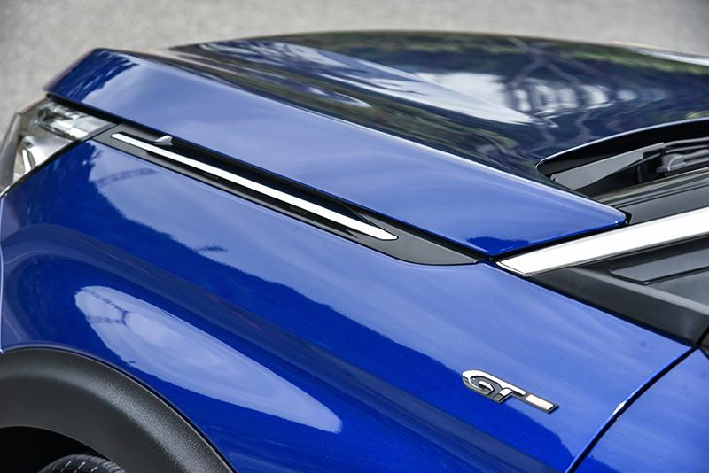 引擎蓋兩側的散熱柵,巧妙而且質感非凡。