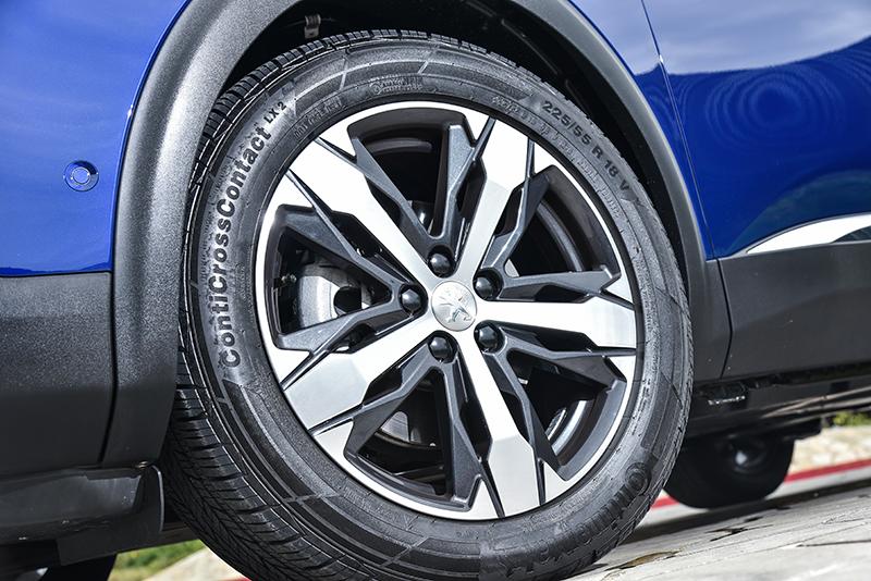 試駕車為高規的3008 SUV GT Grip Control版本,因此配置更寬大的18吋五幅雙色鋁圈以及225/55 R18多用途胎。