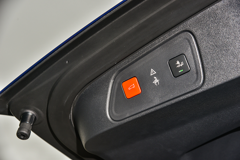 踢腳感應式電動尾門,是相當實用的好設計。
