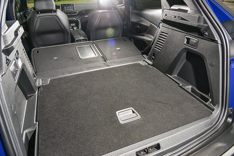 正常狀態下520公升的行李廂,在透過可6 / 4分離後座椅背放倒後,更可擴充至1580公升容積。