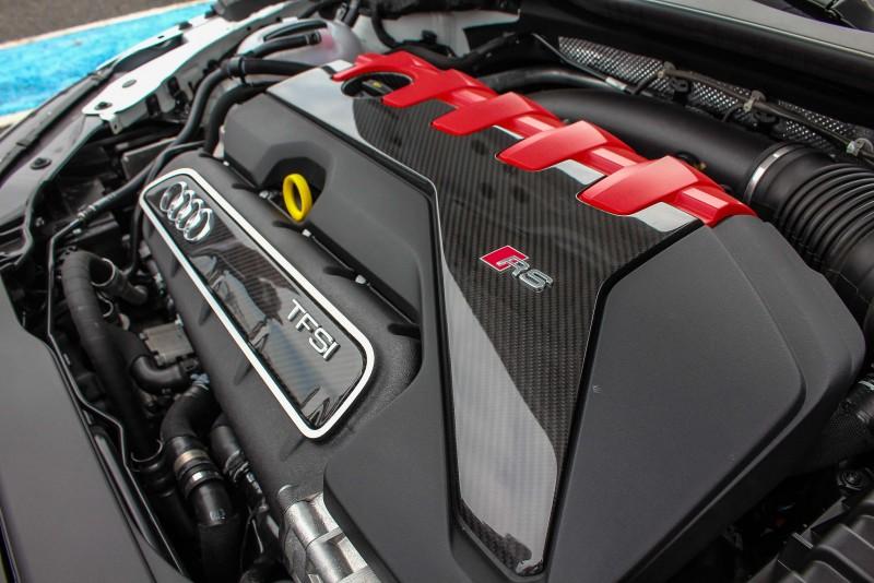 鮮紅與亮黑碳纖維引擎飾板,一看就知道這車不好惹啊
