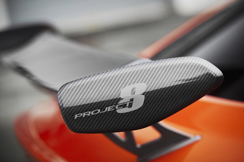 碳纖維尾翼可提供強大的下壓力,提升高速行駛穩定性。