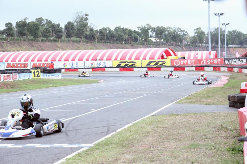 由於雙數排頭車「簡凱徵」起跑失誤,連帶使單數排車手一舉衝上前排。