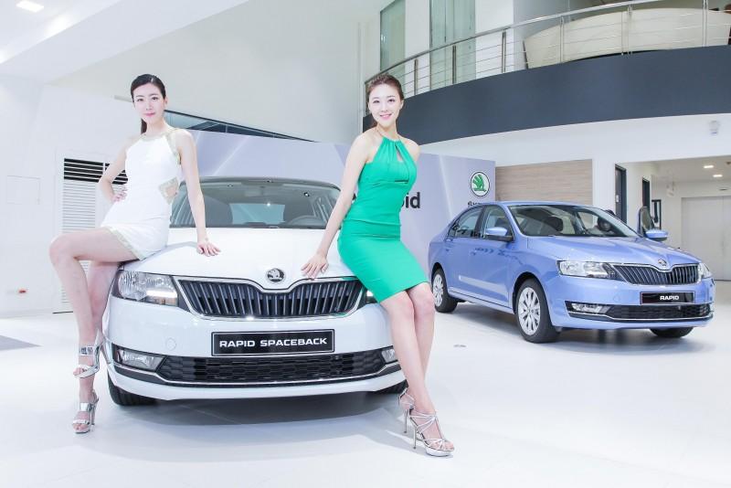 韓籍車模當然是目光焦點,但是車輛細節還是要拍到啊!