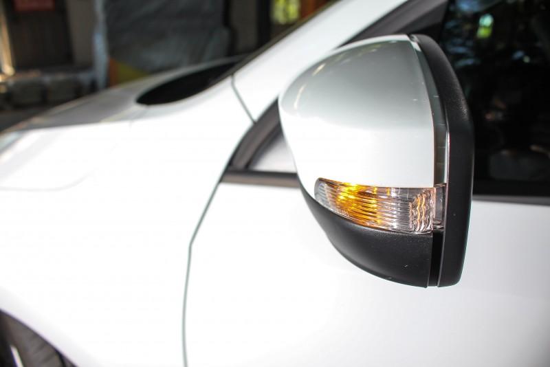 改款前車外後視鏡下方為塑件原色無塗裝,上半部則是車身同色