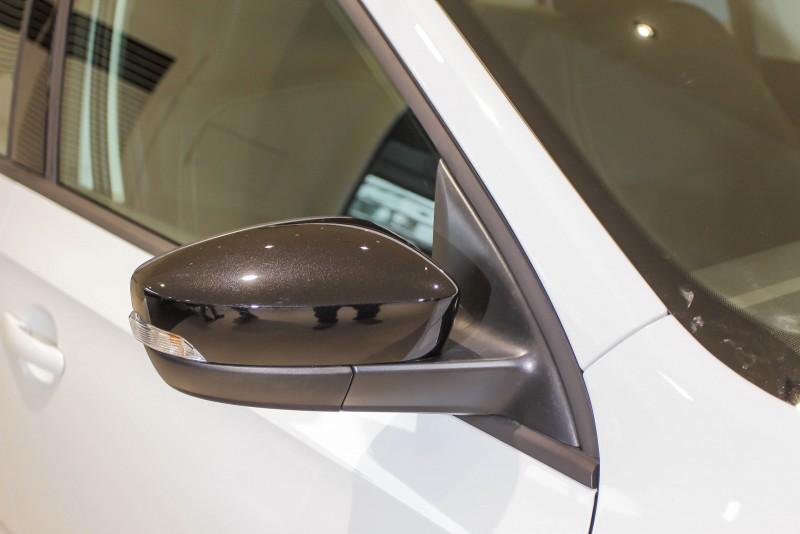 Rapid Spaceback改款後後視鏡上半改施以黑色烤漆,房車的後視鏡上半則是維持車身同色
