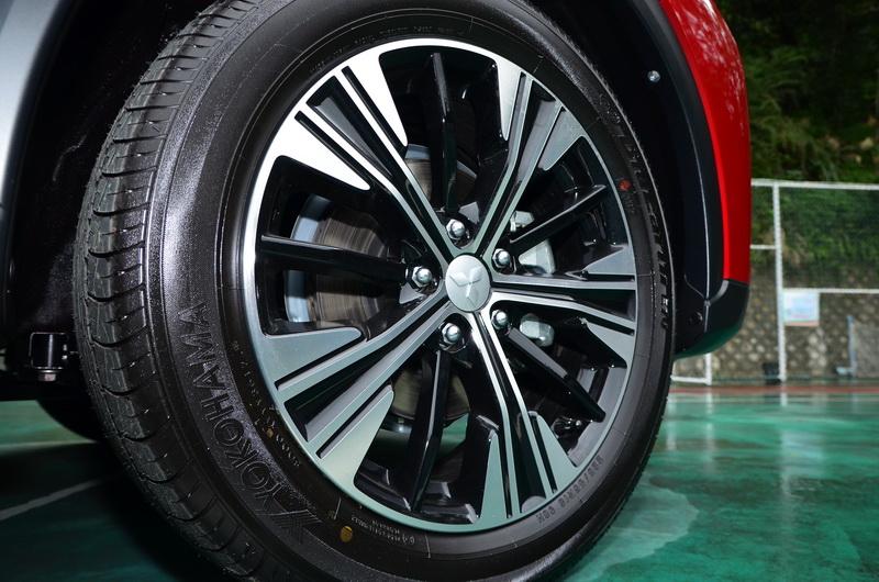 黑銀雙色18吋輪圈造型複雜卻保有相當程度美感!