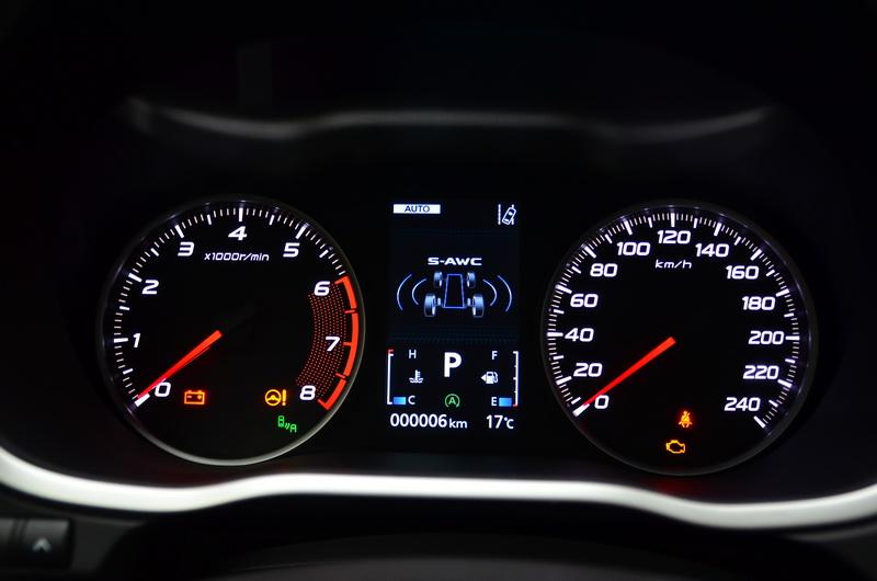 駕駛儀表採高反差雙環表搭配中央彩色液晶螢幕