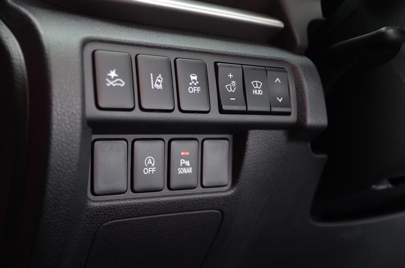 方向盤左側為主動巡航、車道偏移、抬頭顯示器等輔助配備開關
