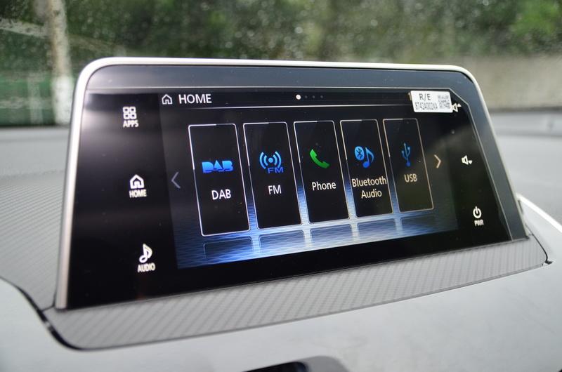 7吋觸控顯示幕採長型設計,亦可使用下方SDA觸控板操作