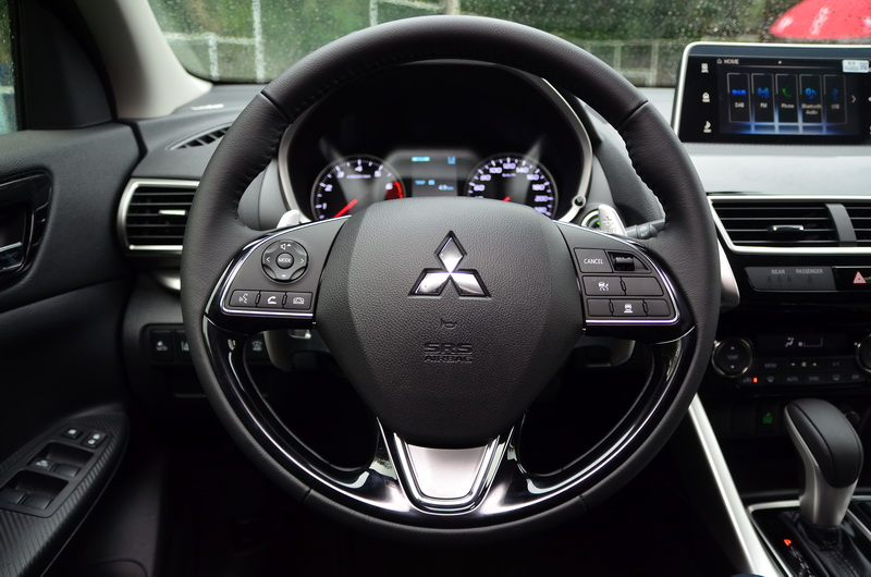 多功能方向盤可執行聲控、接聽電話、定速巡航、車距控制等功能