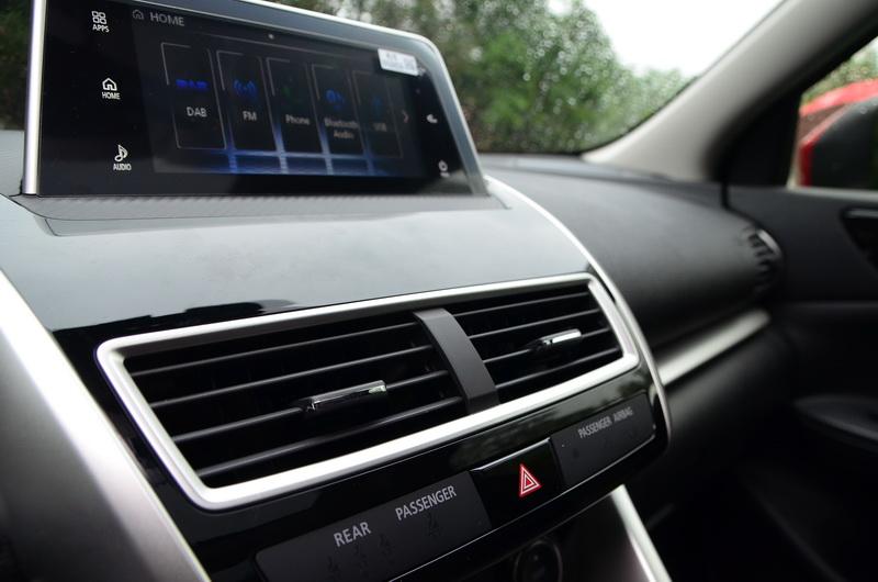 車艙多處細節採用鋼琴烤漆搭配銀色飾條堆疊出高級車質感