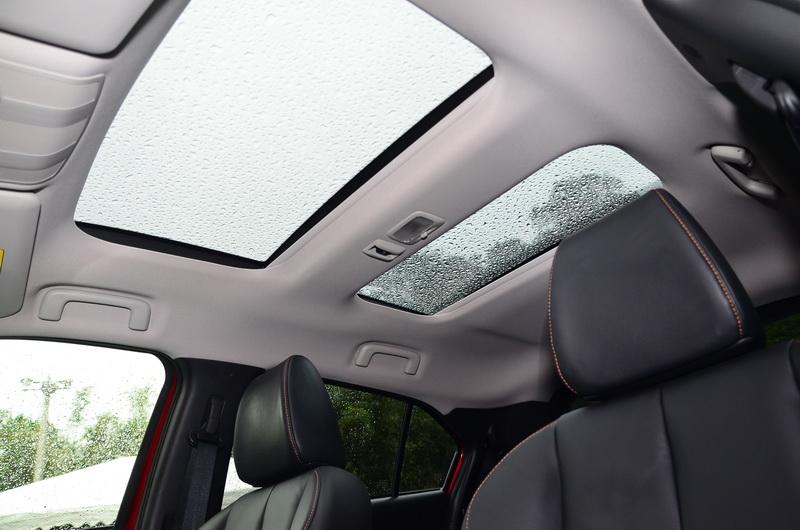 全景天窗同樣是魅力型以上車款的標準配備